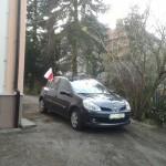 samochód z flagą
