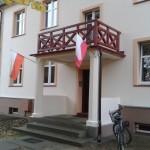 wejście  do domu i flagi
